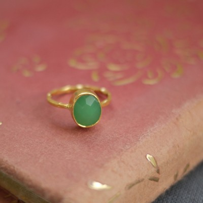GEM RING: Oval Green Chrysoprase